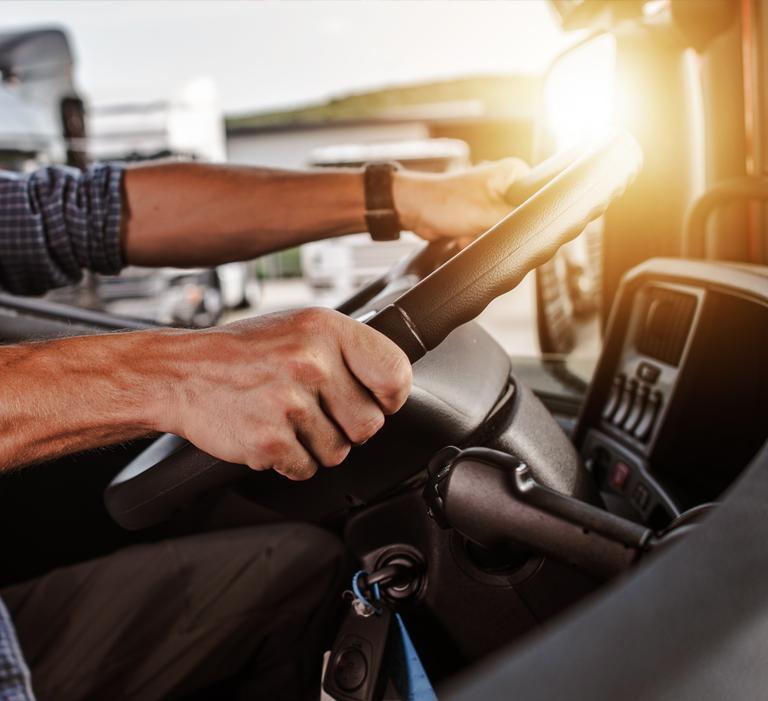 ręce kierowcy tira